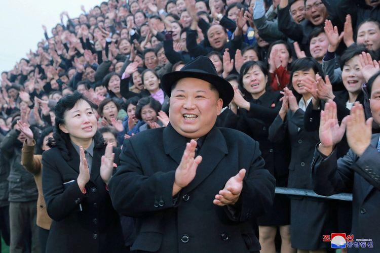 Pemimpin Korea Utara Kim Jong Un bereaksi saat warga bertepuk tangan dalam kunjungannya ke Pyongyang Teacher Training College yang baru direnovasi, dalam foto yang disiarkan oleh Pusat Agensi Berita Korea Utara (KCNA) di Pyongyang, Rabu (17/1/2018). ANTARA FOTO/KCNA/via REUTERS/cfo/18