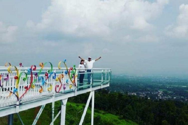 Obyek wisata jembatan kaca Caping di Banyumas, Jawa Timur.