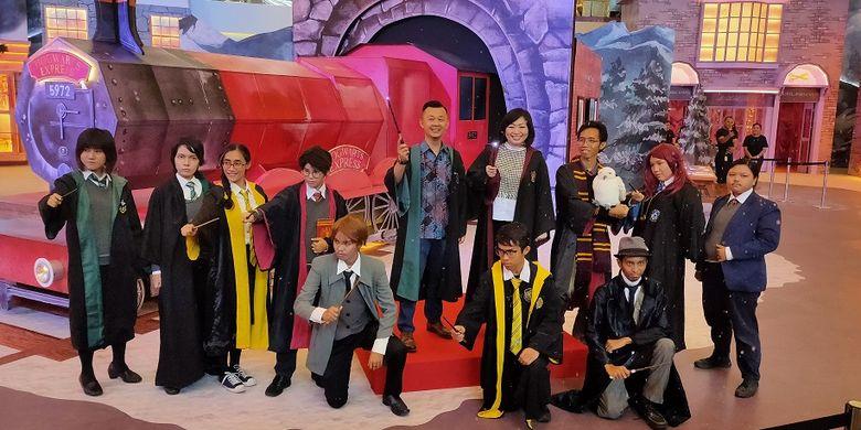 Komunitas Indo Harry Potter berfoto bersama Darius Tang dan Elvira Indriasari di peluncuran pameran instalasi Harry Potter Holiday at Mal Taman Anggrek with Harry Potter, Kamis (28/11/2019).