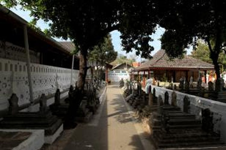 Suasana di kompleks Makam Sunan Gunung Jati, Cirebon, Jawa Barat, Minggu (12/7/2015). Selain sarat nilai sejarah, makam tersebut menjadi salah satu destinasi wisata religi umat muslim di Cirebon.