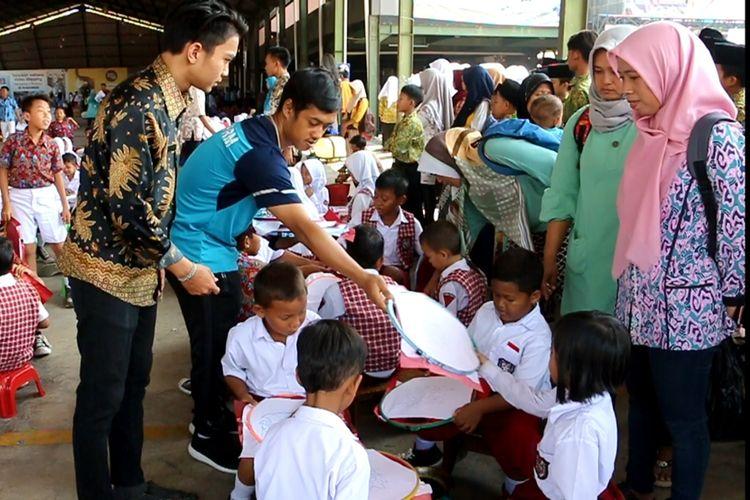 Sejumlah pelajar bersiap-siap melakukan batik bersama di halaman belakang pendopo Batik Trusmi, Kabupaten Cirebon Selasa (1/10/2019). Mereka akan membatik bersama 2.832 pelajar dengan motif Mega Mendung dan berhasil memecahkan rekor MURI.
