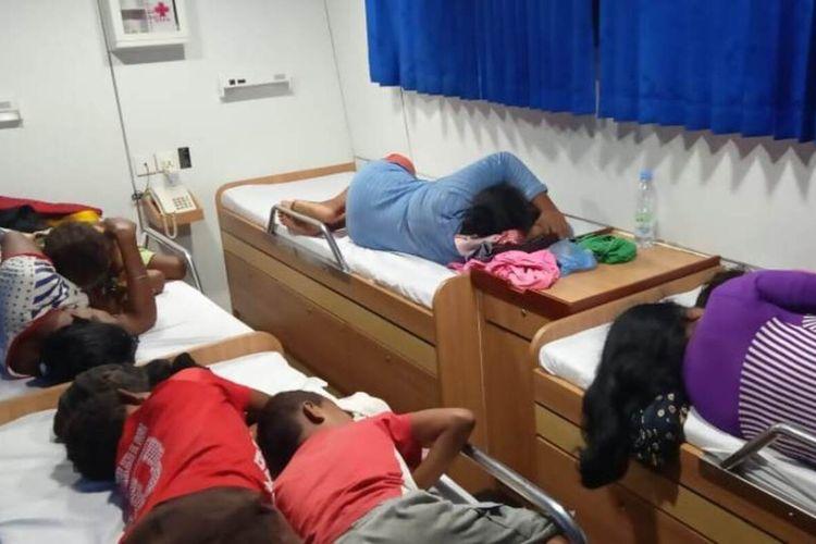 Para  penumpang speedboat yang berhasil dievakuasi tim SAR  di peraiaran laut Kei Besar dalam kondisi lemas setelah speedboat yang mereka tumpangi terombang amboing di peraiaran laut Kei Besar, Minggu malam (9/2/2020)