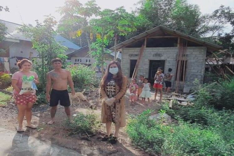 Anggota DPRD Manado Jurani Rurubua saat memberikan bantuan kepada warga