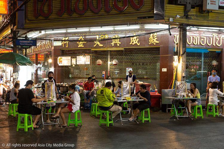 Tempat makan di Jalan Yaowarat, Bangkok, Thailand terlihat berjarak dan dibatasi dengan sejenis plastik di tengah meja