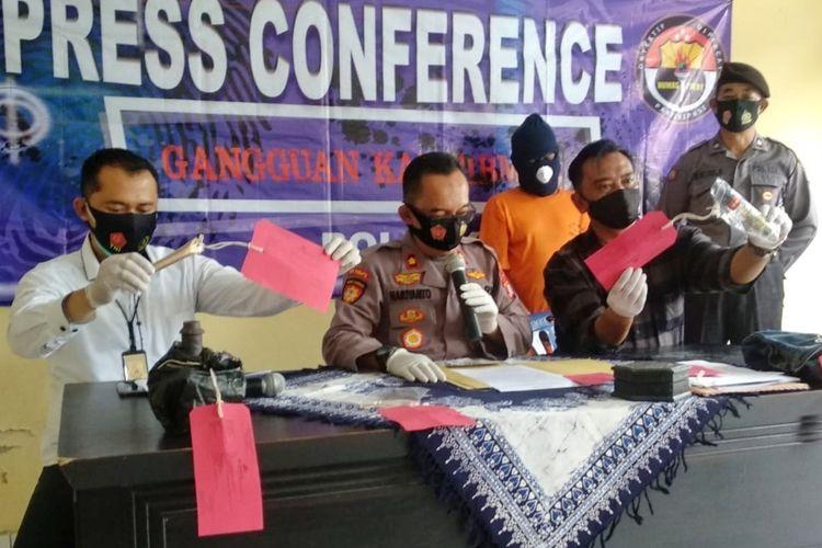 Kapolsek Mlati, Kompol Hariyanto saat jumpa pers terkait kasus penipuan dengan modus mampu menggandakan uang