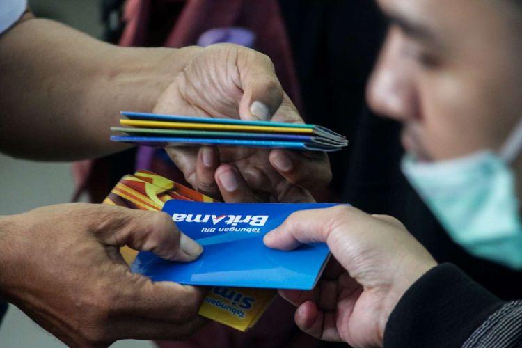 Petugas saat melayani nasabah untuk melakukan pergantian kartu ATM Bank BRI di Kantor Cabang Bank BRI Depok, Kota Depok, Minggu (25/3/2018). Penggantian kartu ATM dimaksudkan sebagai upaya percepatan migrasi kartu dari teknologi pita magnetik ke teknologi cip yang diyakini dapat mengurangi risiko skimming. Proses penggantian kartu dilakukan tanpa dikenakan biaya serta pemberitahuan terus dilakukan melalui SMS blast, layar ATM BRI serta media sosial BRI.