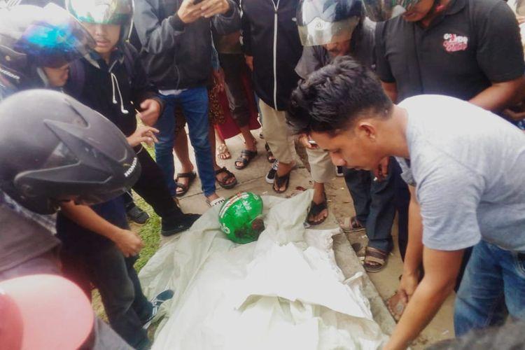 Sejumlah warga menutupi jenazah korban sebelum dibawa ke Rumah Sakit Umum Kota Pontianak, Kalimantan Barat, Selasa (2/4/2019).