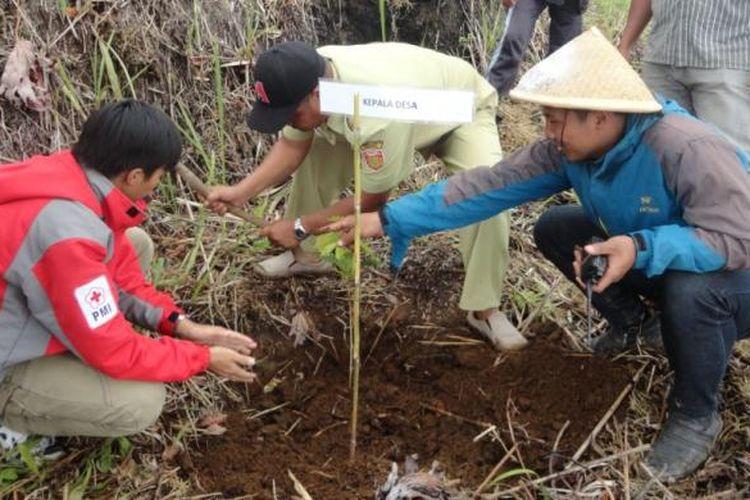 Masyarakat dari berbagai komunitas menanam 5.000 bibit tanaman kopi Slukatan di kawasan lereng Gunung Bismo, wilayah Desa Slukatan, Kecamatan Mojotengah, Kabupaten Wonosobo, Jawa Tengah, Selasa (14/2/2017).
