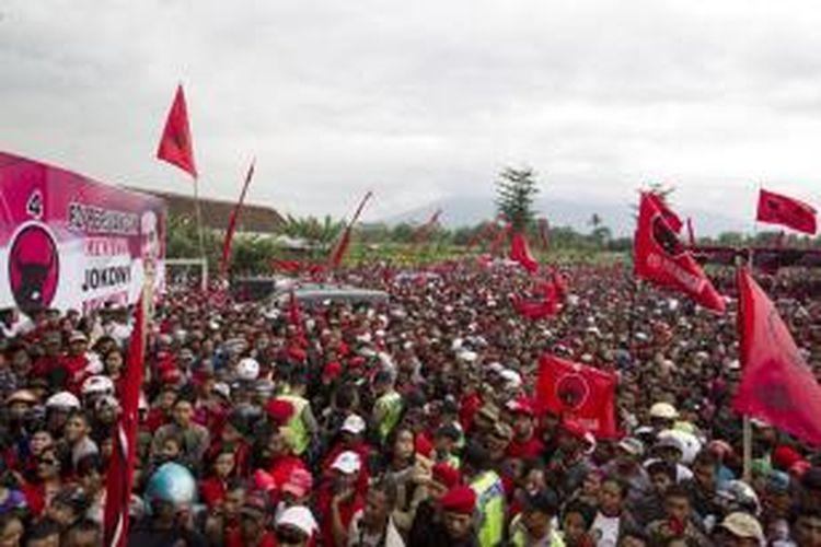 Suasana kampanye terbuka Partai Demokrasi Indonesia Perjuangan (PDI-P) di Lapangan Sukun, Malang, Jawa Timur, Minggu (30/3/2014). Pada kampanye kali ini diwarnai oleh orasi dari bakal calon presiden dari PDI-P, Joko Widodo.