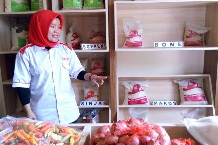 Petugas menjelaskan kegiatan di Toko Tani Indonesia Center (TTIC) di Jalan Sam Ratulangi, Makassar, Sulsel. Setiap hari beras produksi gabungan kelompok tani setempat terjual hingga 50 kilogram. Foto diambil Selasa (14/11/2017).