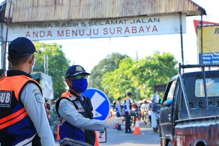 Pemerintah Kota (Pemkot) Surabaya bersama Polrestabes Surabaya dan Polresta Sidoarjo sepakat melakukan penutupan sementara Jalan Rungkut Menanggal Surabaya. Uji coba penutupan jalan dilakukan mulai Kamis (4/6/2020) pukul 20.00 WIB.