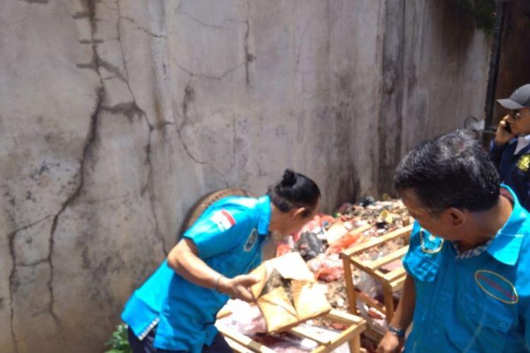 Sejumlah Petugas BNN saat memeriksa peti kayu yang berisi narkotika jenis ganja di kawasan Pool Truk Ekspedisi, Kelurahan Bambu Apus, Cipayung, Jakarta Timur, Selasa (18/2/2020).