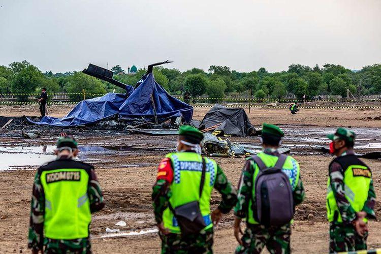 Personel TNI berjaga di sekitar lokasi helikopter yang jatuh di Kawasan Industri Kendal (KIK), Kabupaten Kendal, Jawa Tengah, Sabtu (6/6/2020).  Belum diketahui penyebab jatuhnya helikopter jenis MI-17 bernomor registrasi HA 5141 milik TNI-AD yang mengakibatkan empat awak tewas dan lima awak lainnya dilarikan ke rumah sakit.