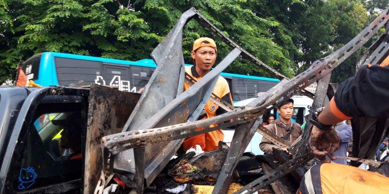 Sisa-sisa pengrusakan Polsek Ciracas, Jakarta Timur mulai dibersihkan, Rabu (12/12/2018)