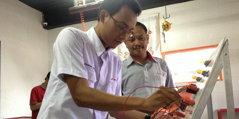 Sertifikasi Guru SMK yag diselenggarakan diler Honda Wahana.