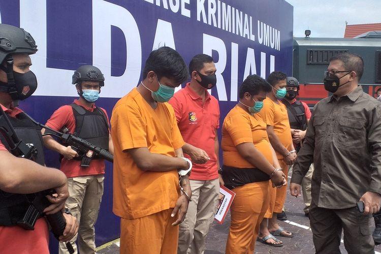 Kapolda Riau Irjen Pol Agung Setya Imam Effendy saat konferensi pers menginterogasi ketiga pria yang dibayar Rp 19 juta untuk membakar mobil ketua ormas di Kabupaten Rohul, Riau, Minggu (11/10/2020).