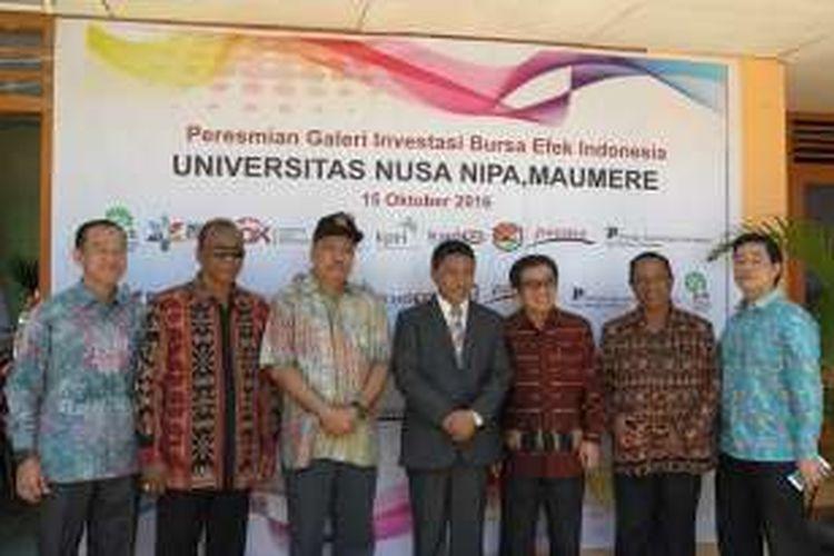 Ketua OJK Muliaman Hadad dan Ketua Komisi XI DPR Melchias Mekeng