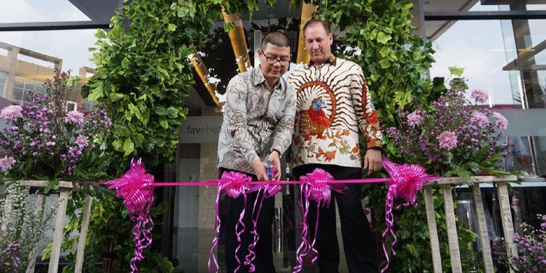 Tansri Wijaya (owner favehotel Hasyim Ashari) dan Winston Hanes (Director of Operation Archipelago International) memotong pita tanda peresmian favehotel Hasyim Ashari di Jalan Hasyim Ashari, Cipondoh, Tangerang, Banten, Rabu (10/7/2019). Ini merupakan favehotel ke-53 di Indonesia dan favehotel kedua yang dibuka di Tangerang.