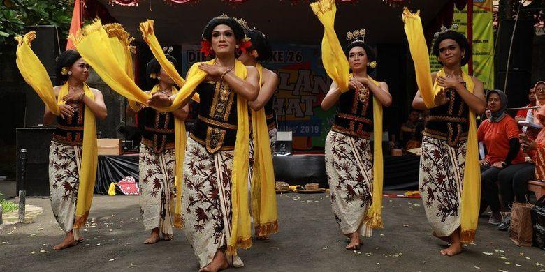 Rianto (tengah depan) menari bersama para penari dari Sanggar Tari Kidang Kencana.
