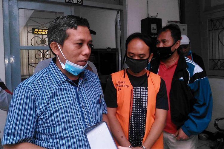 Kajari Purwokerto Sunarwan (paling kiri) memberikan keterangan seusai menangkap buron atas nama Triono di Kantor Kejari Purwokerto, Kabupaten Banyumas, Jawa Tengah, Senin (10/5/2020).