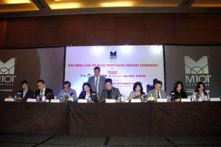 Direktur Eksekutif M101 Holdings, Dato'Seth Yap, dan Chief Operating Officer (COO) Projek, Rosehida Rachmat Dewi (tengah) bersama pimpinan agen properti melakukan penandatanganan nota kerjasama di Hotel Pullman, Jakarta, Senin (9/1/2017).