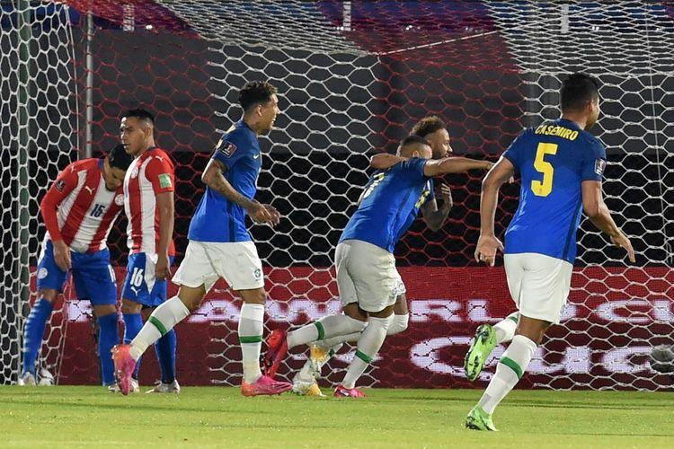 Winger Brasil Neymar berselebrasi usai membobol gawang Paraguay pada laga lanjutan Kualifikasi Piala Dunia 2022 Zona Amerika Selatan di Estadio Defensores del Chaco, Kamis (9/6/2021).