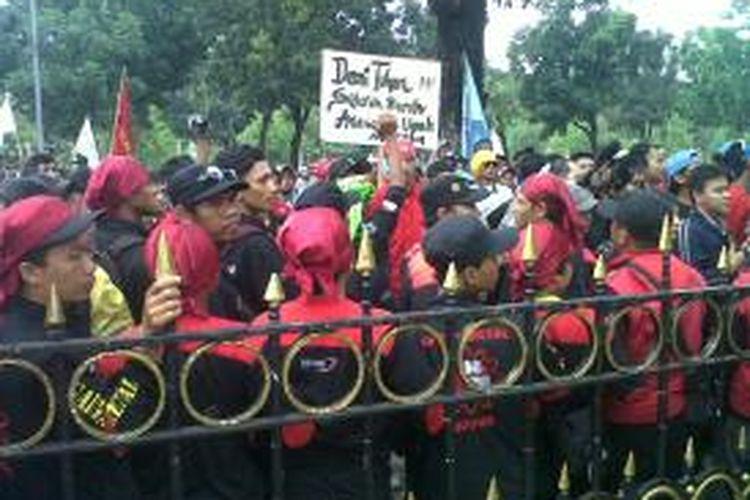 Ribuan buruh berunjuk rasa di depan Balaikota Jakarta,  Jumat (1/11/2013). Mereka mendesak Gubernur DKI Jakarta Joko Widodo untuk merevisi penetapan upah minimum provinsi 2014 sebesar Rp 2,4 juta.