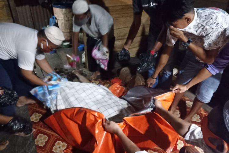 Keluarga Engre saat melakukan evakuasi jenazah ke Puskesmas utuk Visum (humas Polres Nunukan)