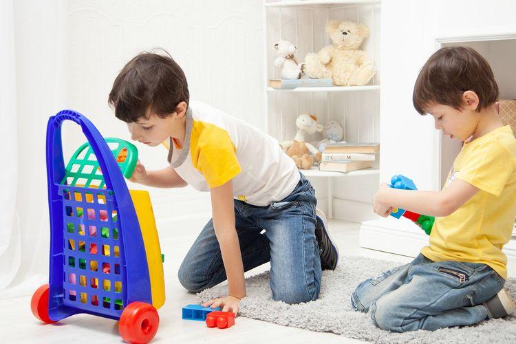 Ilustrasi anak bermain di kamar.
