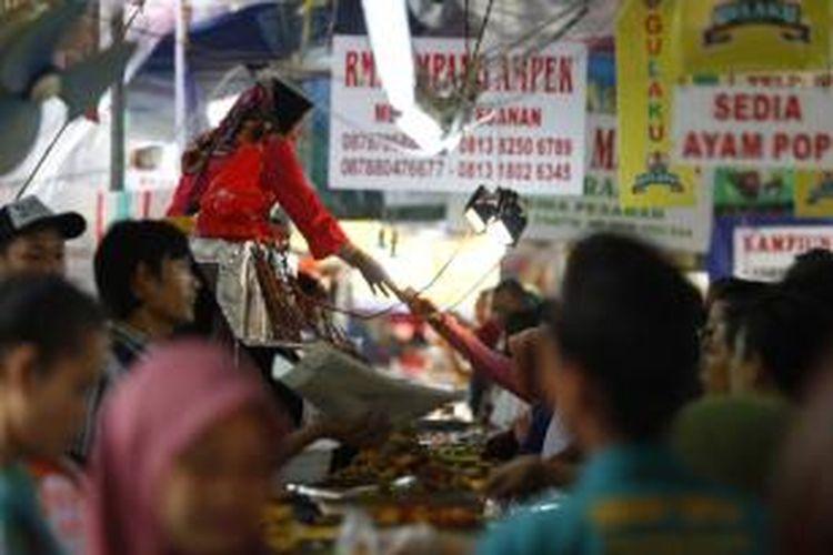 Aneka makanan untuk berbuka puasa dijual di Pasar Bendungan Hilir (Benhil), Jakarta, Selasa (23/6/2015). Setiap bulan Ramadhan, pasar tersebut selalu padat dengan pengunjung yang berburu santapan untuk berbuka puasa.