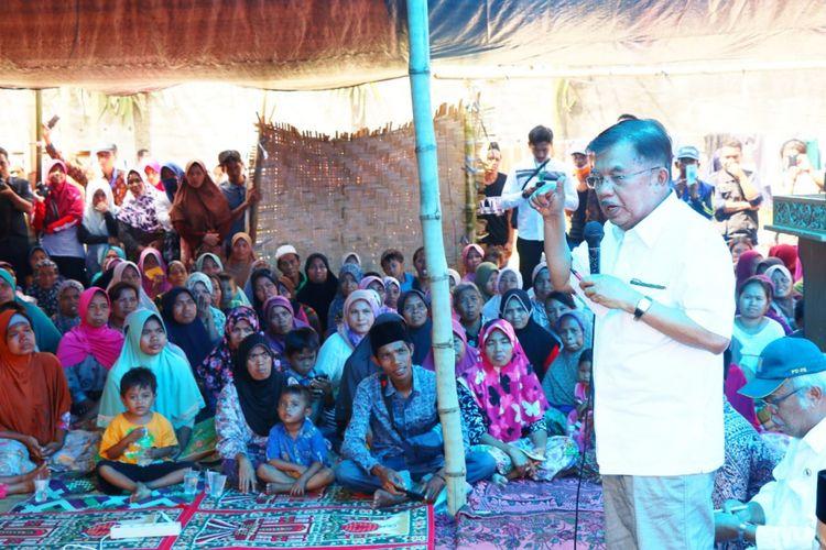 Wakil Presiden RI Jusuf Kalla mengunjungi lokasi pengungsian korban gempa bumi di Desa Kekait, Kecamatan Gunung Sari, Kabupaten Lombok Barat, Nusa Tenggara Barat, Selasa (21/8/2018).