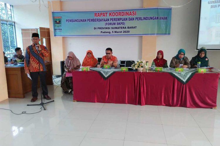 Kepala Dinas PPPA Sumbar Besri Rahmad memberikan sambutan dalam pembukaan acara Rakor perlindungan perempuan dan anak, Kamis (5/3/2020) di Padang.