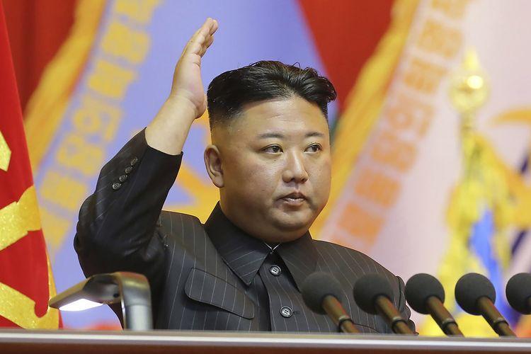 Foto yang dirilis pemerintah Korea Utara pada 30 Juli 2021 menunjukkan Pemimpin Kim Jong Un datang dalam pertemuan komandan dan pimpinan politik Angkatan Darat Korea Utara di Pyongyang.
