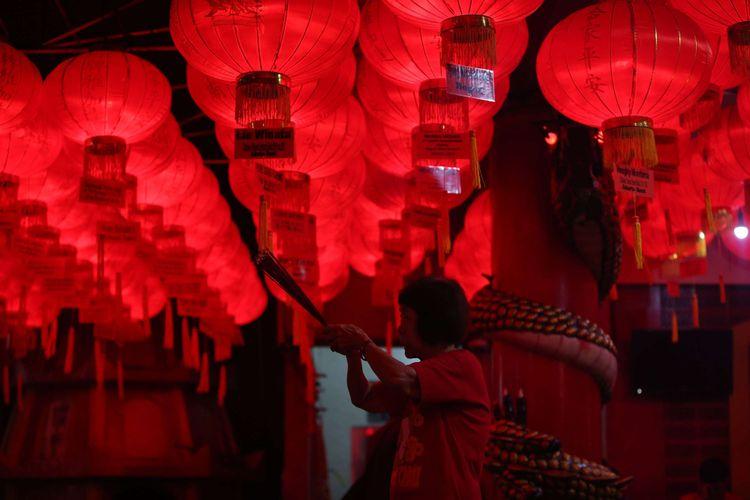 Warga keturunan Tionghoa berdoa di Vihara Hian Thian Siang Tee Bio, Palmerah, Jakarta Barat, Kamis (15/2/2018). Warga keturunan Tionghoa melakukan doa untuk menyambut Tahun Baru Imlek 2569.