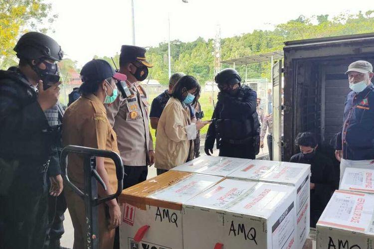 Vaksin COVID-19 untuk provinsi Maluku tiba di bandara Pattimura Ambon, Senin (4/1/2021)