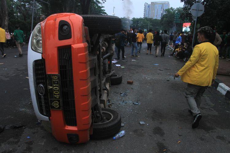 Mobil Pam Obvit milik Polrestabes Palembang terjungkal dirusak massa yang ricuh saat melakukan aksi demo di depan gedung DPRD Provinsi Sumatera Selatan, Kamis (10/9/2020).