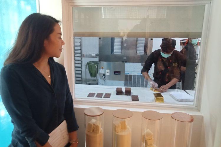 Wanita lulusan universitas Inggris dan Prancis, Priscilla Partana sedang mengawasi pekerja yang membuat cokelat di pabriknya, Kamis (20/2/2020) di Padang