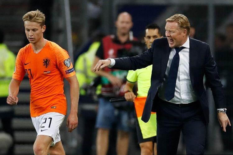 Pelatih Timnas Belanda, Ronald Koeman, berbicara dengan gelandang Frenkie De Jong pada laga Kualifikasi Piala Eropa 2020 antara Jerman dan Belanda di Hamburg, Jerman, pada 6 September 2019.