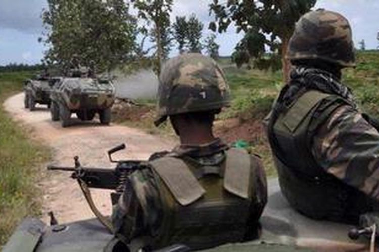Foto ini diambil 8 Maret 2013 menampilkan pasukan Malaysia yang berpatroli di desa Tanduo, Sabah mengejar pasukan bersenjata Sulu.