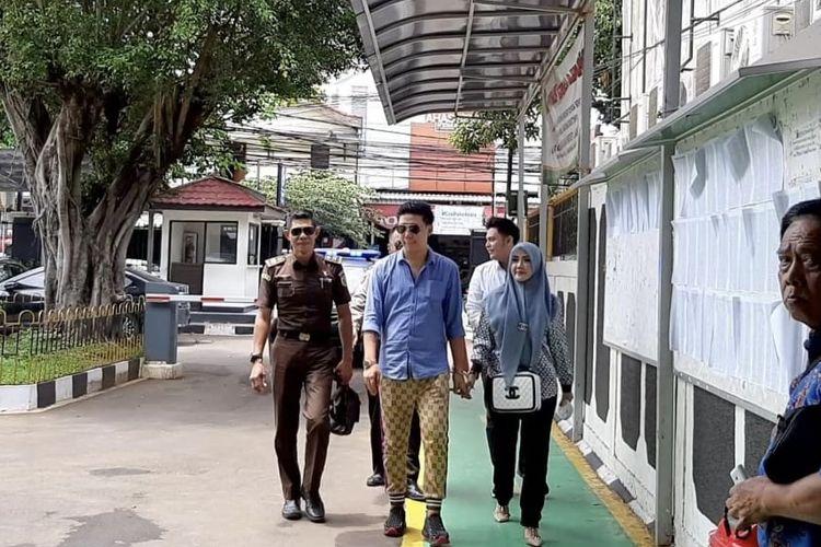 Rey Utami dan Pablo Benua tampil dengan brand Gucci saat datang di Pengadilan Negeri Jakarta Selatan, Senin (27/1/2020).
