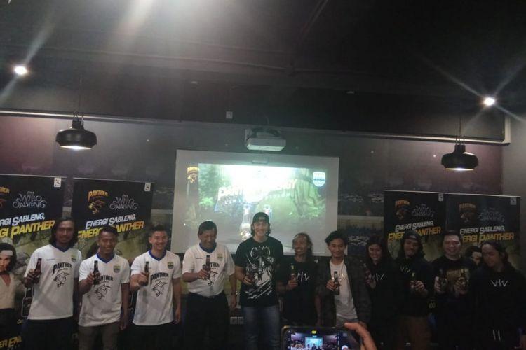 Aktor Vino G Bastian saat mempromosikan film Wiro Sableng di hadapan para bobotoh Persib.