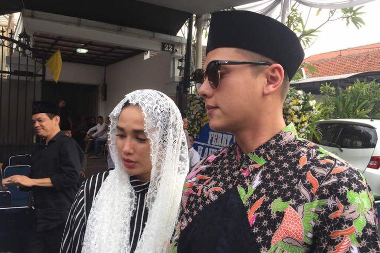 Ussy Sulistiawaty dan Andhika Pratama diabadikan di Jalan Masjid, Bendungan Hilir, Jakarta Pusat, Minggu (11/6/2017. Ia datang ke rumah duka Ferry Wijaya, suami artis peran Ririn Ekawati yang meninggal dunia di hari yang sama pukul 00.15 WIB.