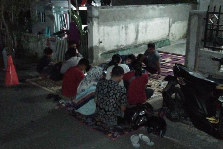 Pasca gempa warga Luwuk mengungsi di tempat ketinggian  di Bukit Mambual, kelurahan Mambual, Jumat (12/04/2019) malam. Foto Emil Hamid