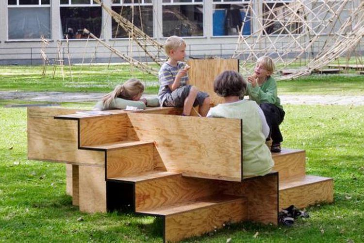 Mengandung misi sebuah perayaan duduk bersama di ruang publik terbuka, bangku kayu berbentuk anak-anak tangga ini menambah semangat akan hadirnya interaksi sosial, yaitu dengan cara berbagi tempat duduk di waktu yang bersamaan.