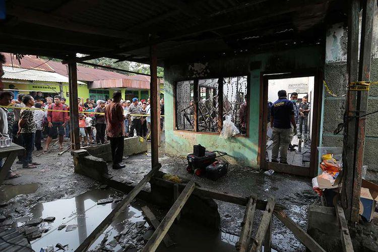 Warga mengamati lokasi kebakaran pabrik korek gas (mancis) di Desa Sambirejo, Kecamatan Binjai, Sumatera Utara, Jumat (21/6/2019). Penyebab kebakaran yang menewaskan 30 orang tersebut hingga kini masih dalam penyelidikan kepolisian.
