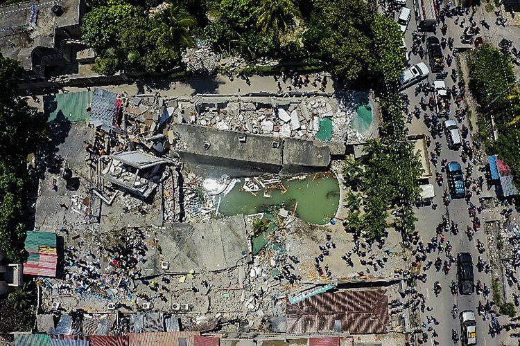 Foto dari udara memperlihatkan Hotel Le Manguier hancur akibat gempa Haiti di Les Cayes, Sabtu (14/8/2021). Gempa magnitudo 7,2 ini berpusat 125 kilometer di barat ibu kota Port-au-Prince, menurut data Badan Survei Geologi Amerika Serikat (USGS).