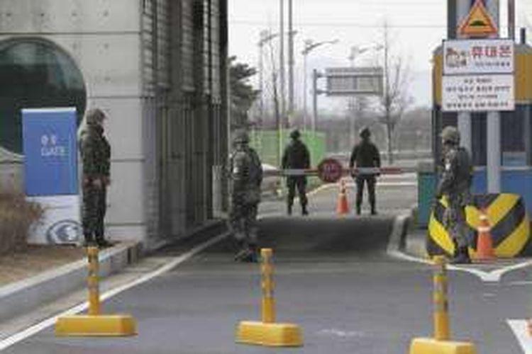 Tentara Korea Selatan berjaga di area kantor bea cukai, imigrasi, dan karantina di dekat desa perbatasan Panmunjom, Paju, Korea Selatan, Kamis (11/2/2016). Korea Selatan membekukan Kawasan Industri Kaesong mengecam peluncuran roket yang dilakukan Korea Utara.