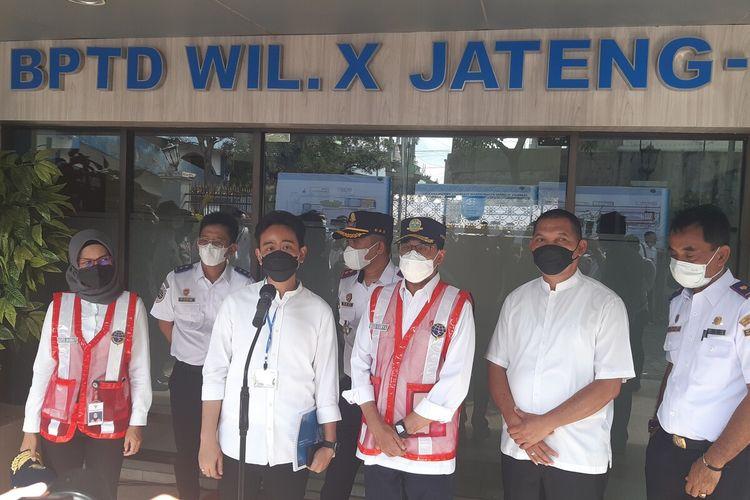 Wali Kota Solo Gibran Rakabuming Raka bersama Menteri Perhubungan Budi Karya Sumadi dan Wakil Wali Kota Teguh Prakosa di Solo, Jawa Tengah, Minggu (28/2/2021).