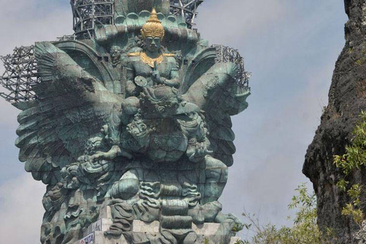 Patung Garuda Wisnu Kencana (GWK) terlihat seusai proses pemasangan bagian Mahkota Dewa Wisnu di Ungasan, Badung, Bali, Minggu (20/5/2018). Mahkota Dewa Wisnu tersebut merupakan modul ke-529 dari total 754 modul yang terpasang di patung setinggi 121 meter yang ditargetkan selesai dibangun pada Agustus 2018.