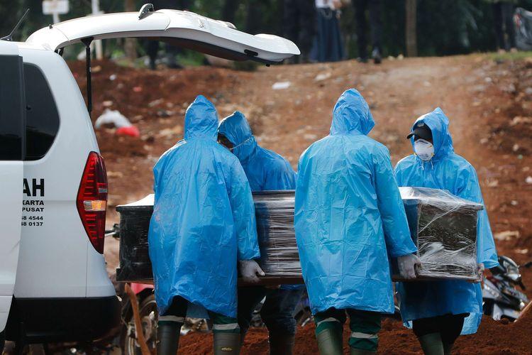 Petugas memakamkan jenazah suspect virus corona atau Covid-19 di TPU Pondok Ranggon, Jakarta Timur, Jumat (3/4/2020). Hingga hari ini, total ada 1.986 kasus positif Covid-19 di Indonesia. Sebanyak 181 orang meninggal dan 134 orang sembuh.